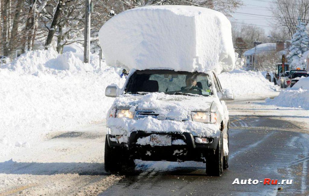 Снежная шапка на крыше автомобиля